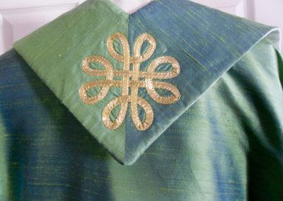 A reversible Celtic knot set on green reversing to White
